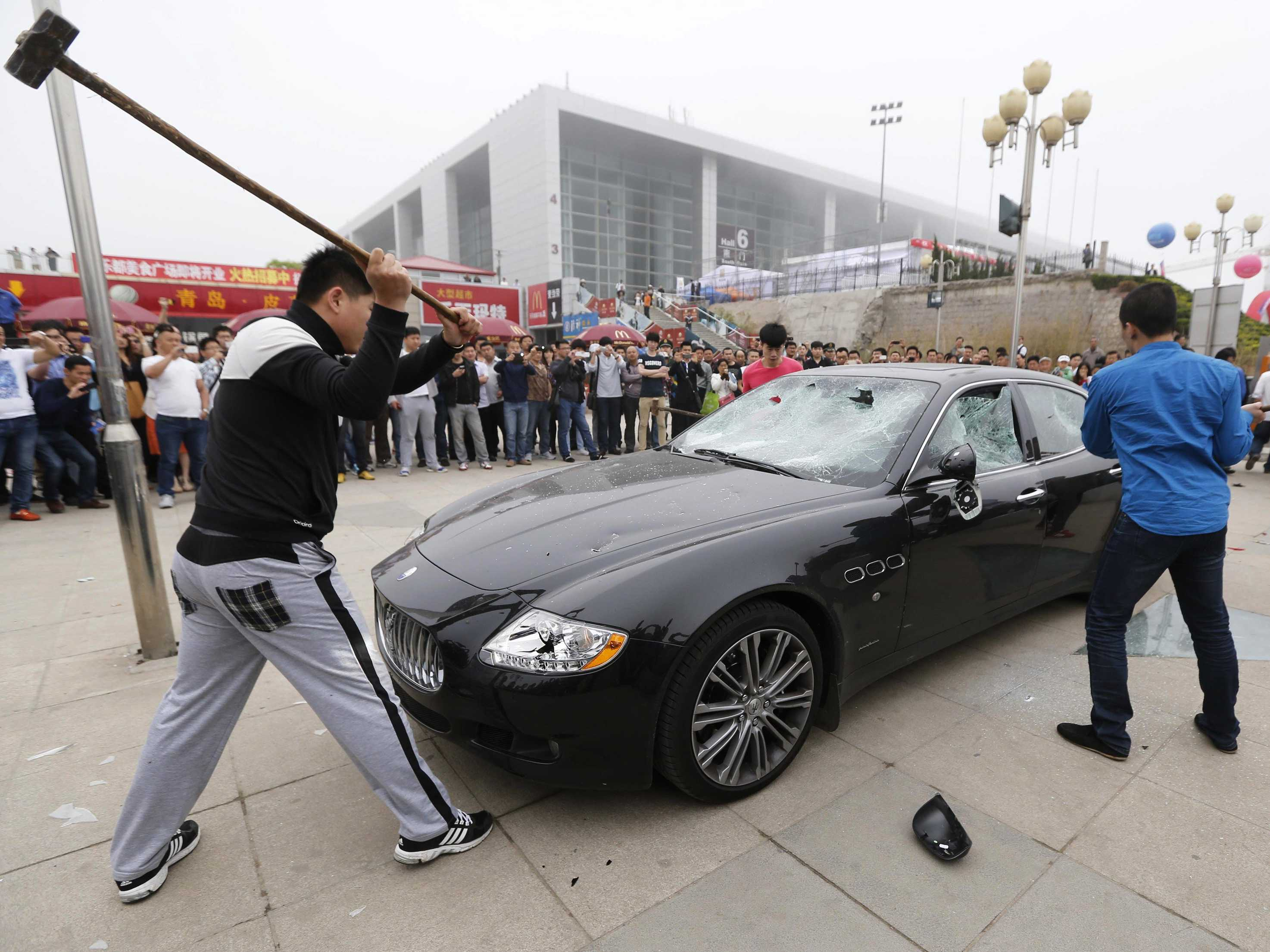 Angry Chinese destroys Maserati (video)