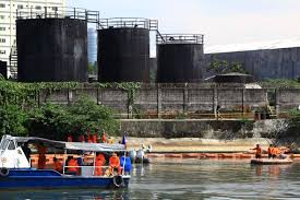 Oil spills into Manila's main waterway