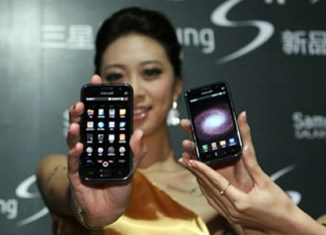 Samsung pulls ahead of Apple in phone sales