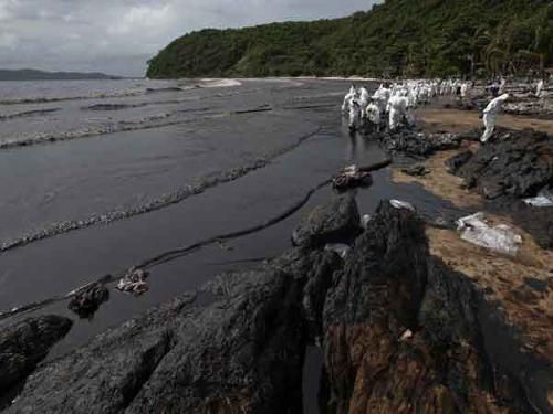 Thailand: Oil spill blackens popular tourist beach