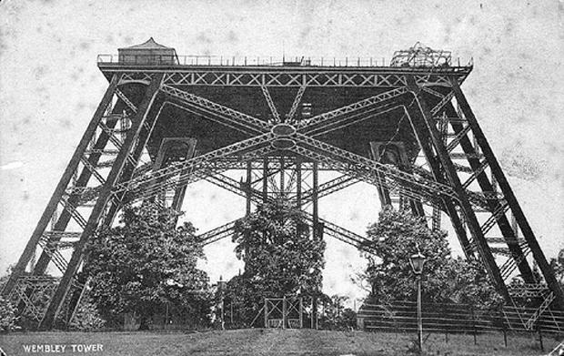 Torre Wembley, durante su construcción.