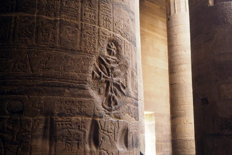 Símbolos cristianos dentro de templo.