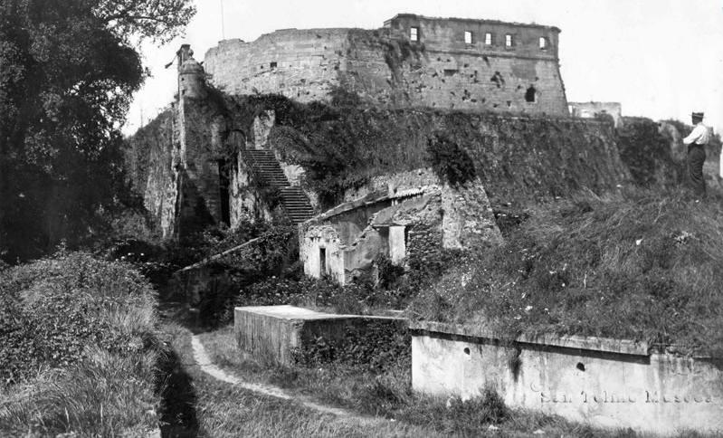 Castillo de la Mota foto de 1890 vía https://www.santelmomuseoa.eus/