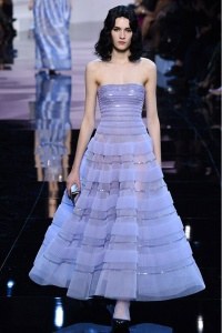 Armani Privé vestido palabra de honor y volumen en lila París ss16