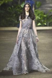 Elie Saab vestido gris volumen ss16 París