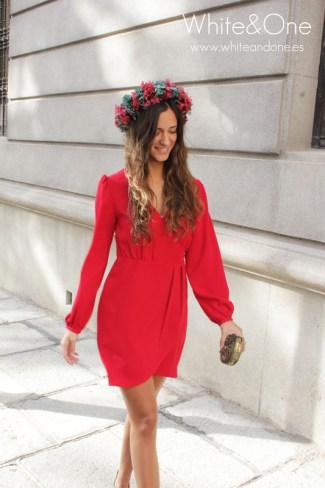 Vestido corto y liso rojo con corona de flores para boda