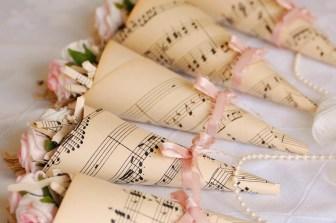 Conos de petalos para bodas