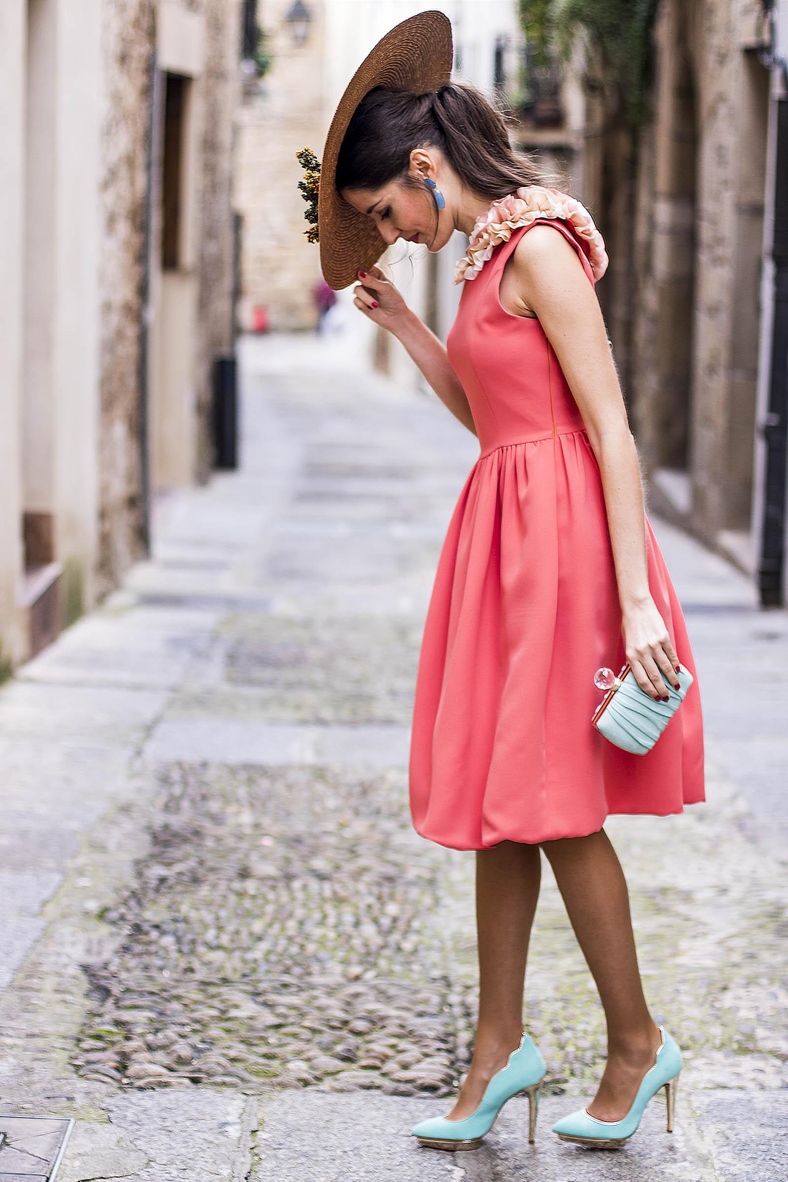Vestido rosa complementos azul