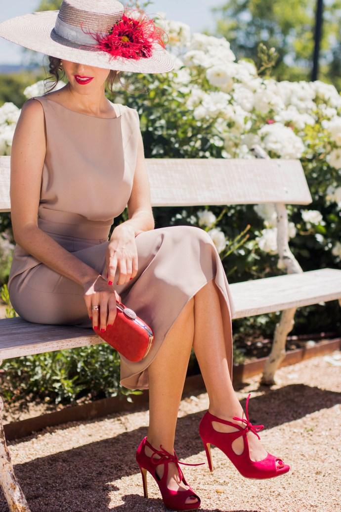 Look invitada boda dia conjunto blusa falda nude rojo