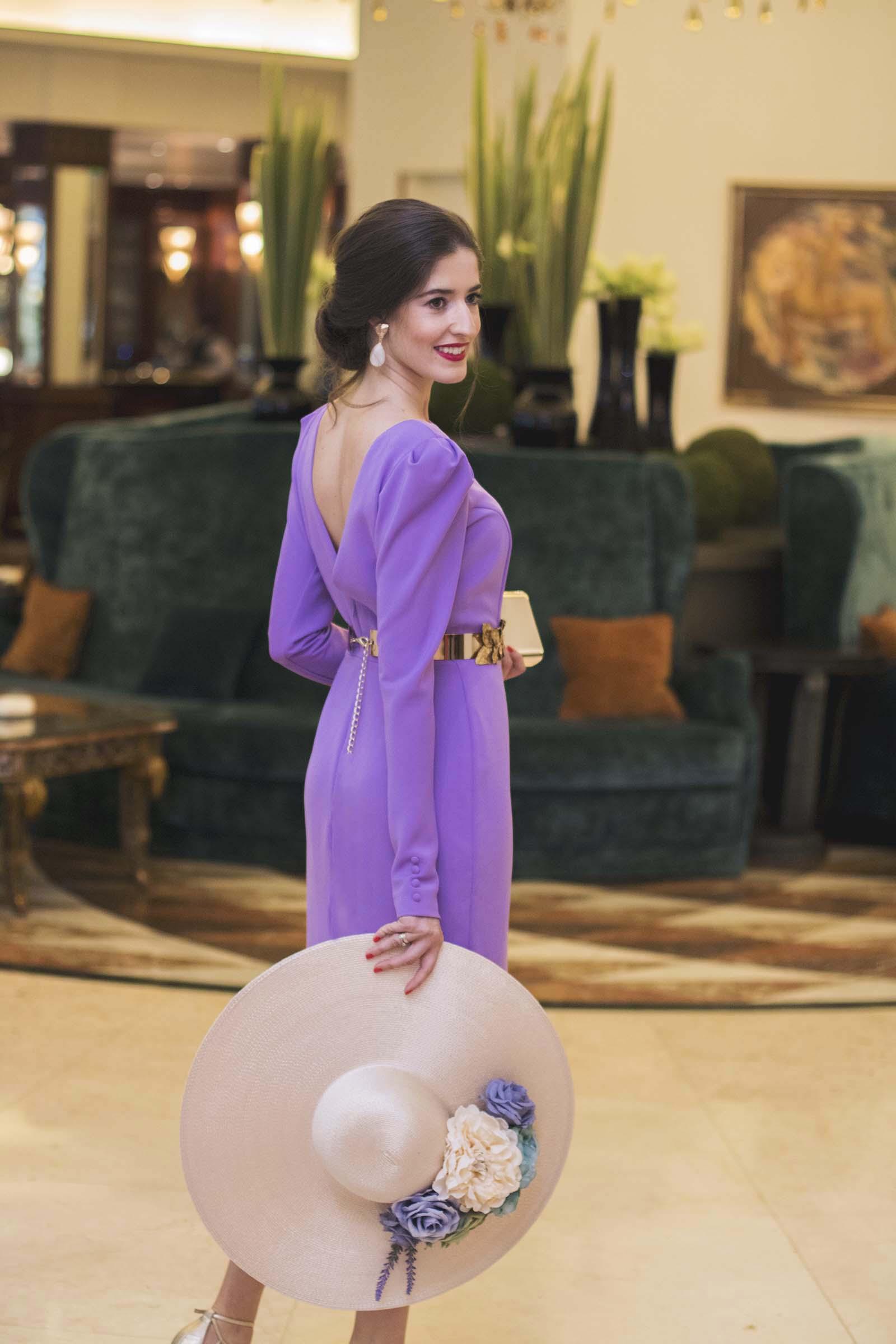 Invitada boda con vestido lila de Atelier Cho y pamela de Chouette ...