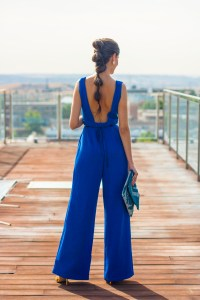 Look invitada lowcost Mono jumpsuit cinturon flores escote espalda