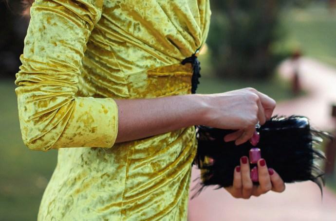 Invitada boda noche vestido largo terciopelo amarillo escote Apparentia