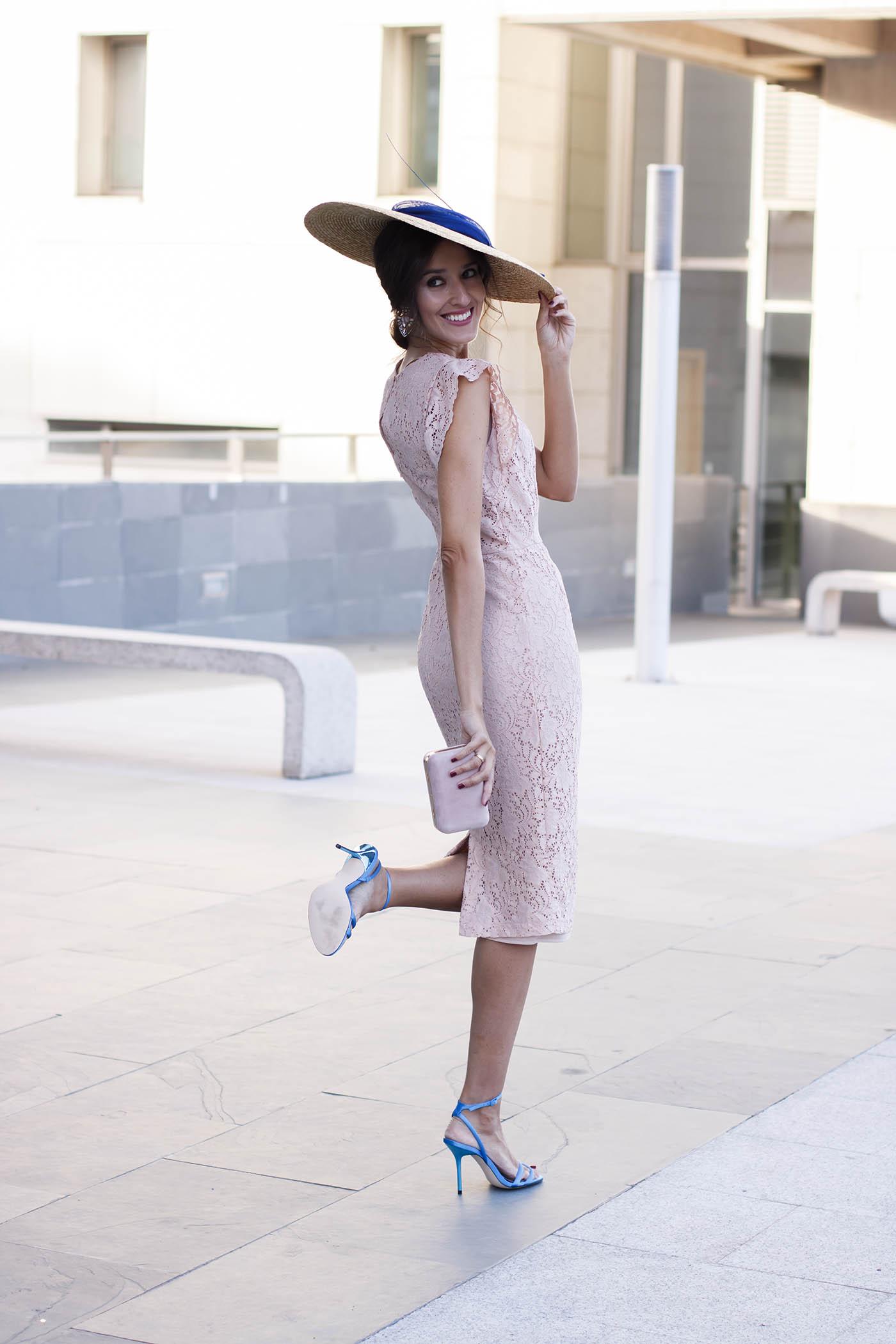 ee7164fec Look invitada perfecta lowcost Zara con vestido de encaje rosa y ...