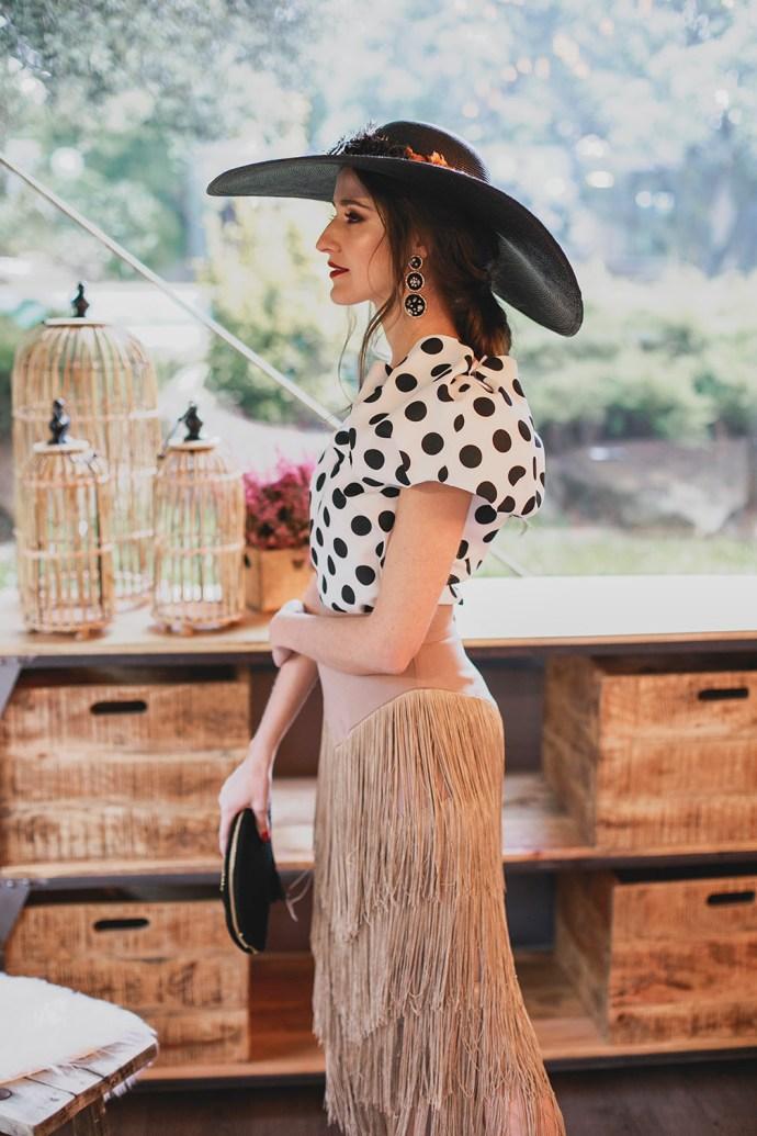 Look invitada boda falda flecos top lunares pamela