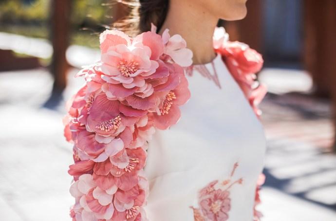 Look invitada boda mañana vestido espalda flores mangas madrina hermana novia