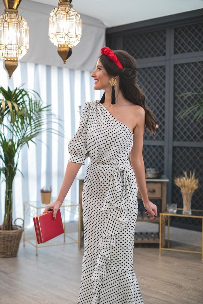 Look invitada boda vestido lunares topos complementos rojo