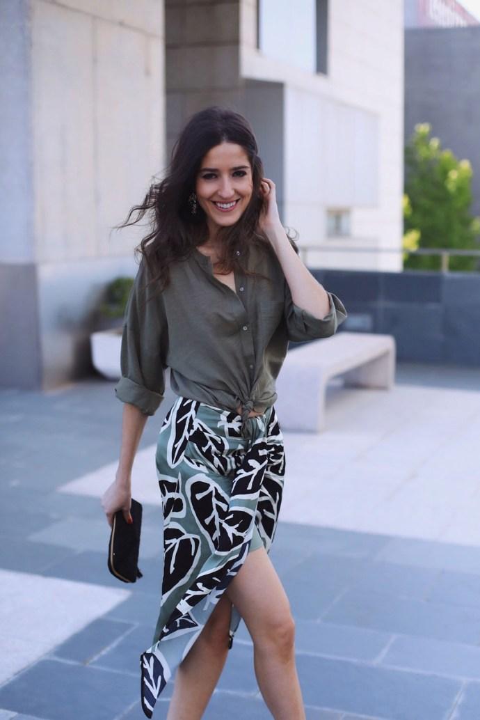 Look streetstyle lowcost zara blogger invitada perfecta falda estampada blusa salir a cenar
