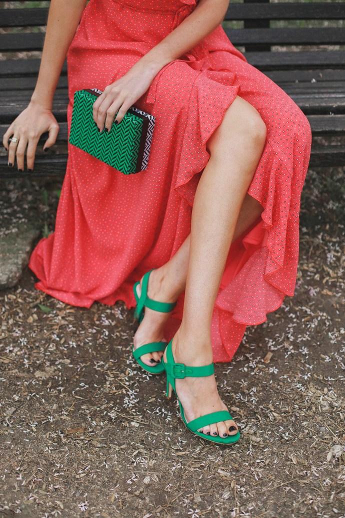 Look invitada lowcost zapatos sandalias bolso verde