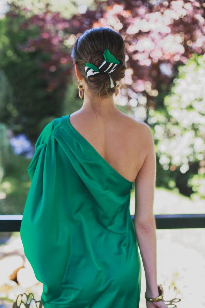 Look invitada perfecta boda noche vestido largo peinado pañuelo