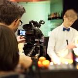 Ein Kameramann filmt einen Barmann, der gerade ein Bier zapft.Wir bieten EB-Team in Aschaffenburg