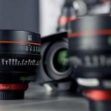 Verschiedene Objektive für Filmaufnahmen vor grauem Hintergrund Marketing mit Filmen