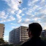 Ein Kameramann macht Luftaufnahmen mit einer Kameradrohne, ein Dreh von InZwischenZeit:Filme aus Frankfurt und Offenbach