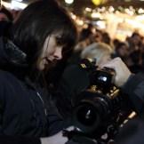 Alicia-Eva Rost kontrolliert die Einstellungen einer Kamera, ein Dreh von InZwischenZeit:Filme