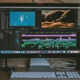 Ein Mac Computer mit einem Schnittprogramm. InZwischenZeit Filme aus Frankfurt bietet DCP Wandlungen so kommt der Spot ins Kino