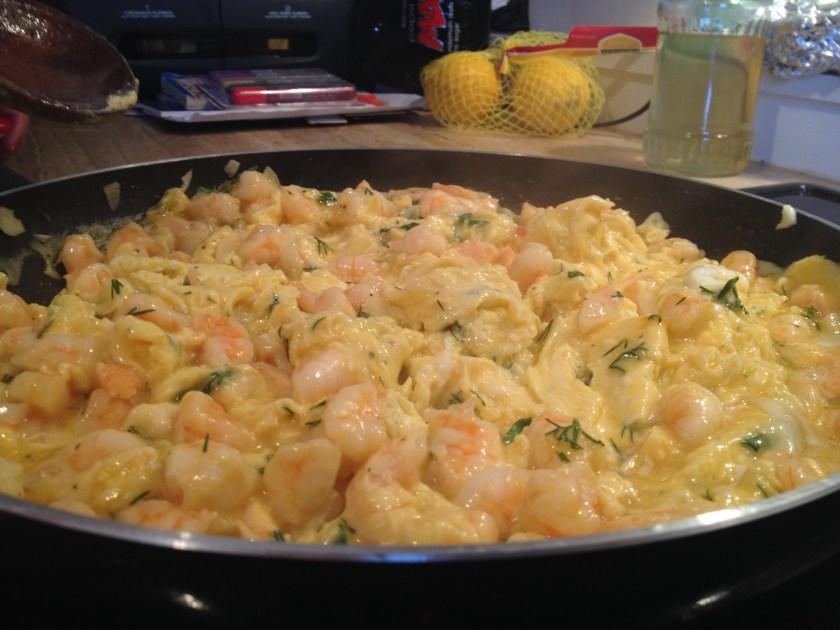 Am adaugat ouale si am amestecat pana a ajuns la consistenta unei omlete