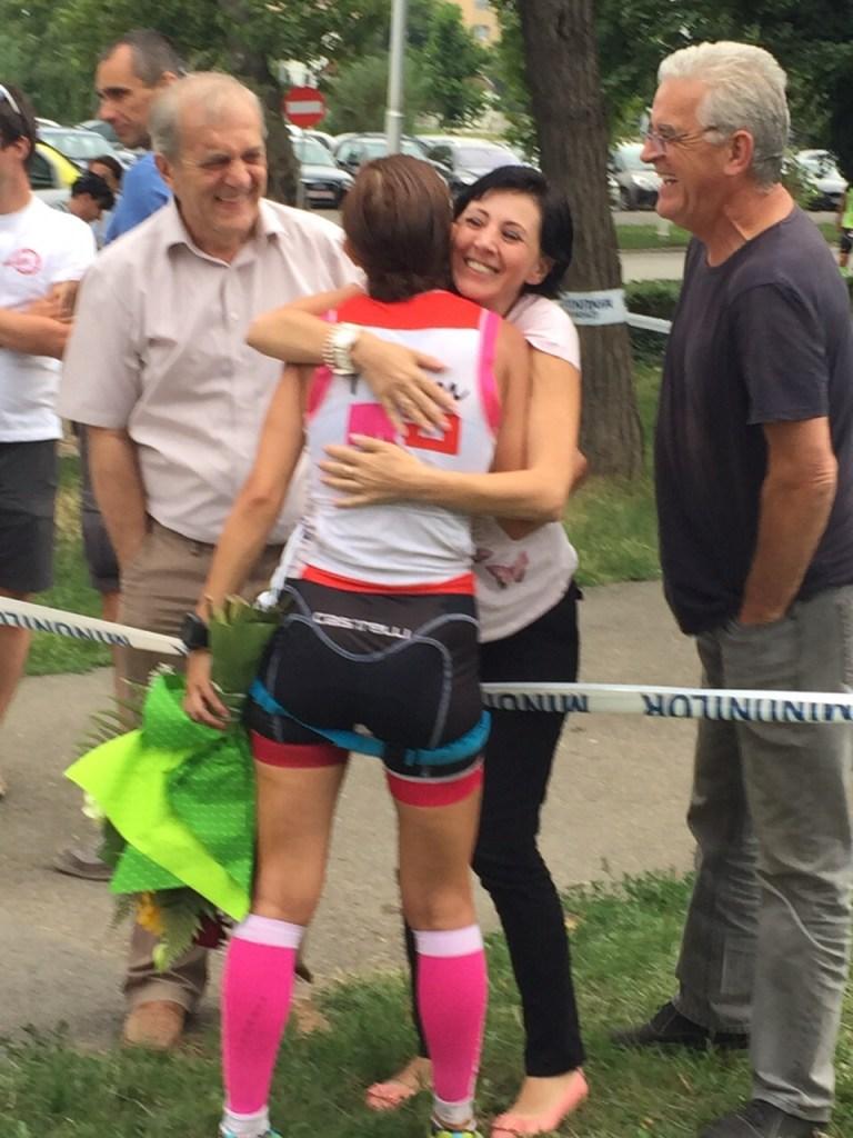 Cu tata, unchiul si matusa mea. Happy family reunion la linia de finish! Si culmea, tatal meu si fratele lui au inceput sa iasa cu bicicleta zilele astea :)