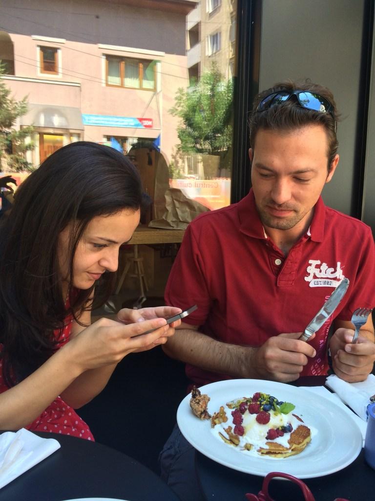 Nu am avut rabdare pana sa ajunga clatitele la mine, asa ca am facut o poza cu Monica facand o poza cu ele! Au fost demential de bune, au disparut aproape instant de pe masa :)
