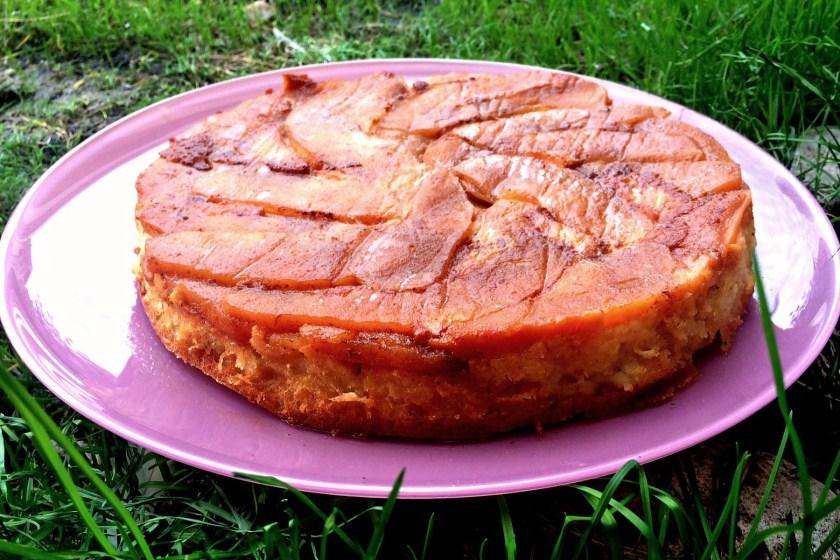 A doua tarta pe care am facut-o este cu mere, a iesit la fel de bine, dar parca tot de pere am ramas cu pofta!