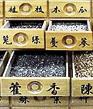 Chinese kruiden in antiek kruidenkastje