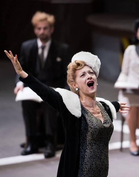 Viva la Mamma de Donizetti desde Lyon, vídeo de Le convenienze ed inconvenienze teatrali de Gaetano Donizetti, con Patrizia Ciofi