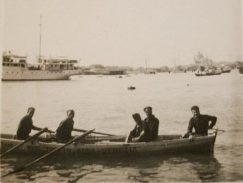 Lo scatto del traguardo alla Riva degli Schiavoni, datato dal primo equipaggio del raid remiero al 21 agosto 1931 (ore 9.05). La fotografia storica è stata donata a Cristian Bonomi, in segno di stima ai tre vogatori del 2007, dall'ing. Alberto Rolla.