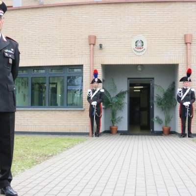 Il Comandante Marco Bennati davanti alla nuova stazione dell'Arma di Trezzo su via Nenni (Foto Rino Tinelli)