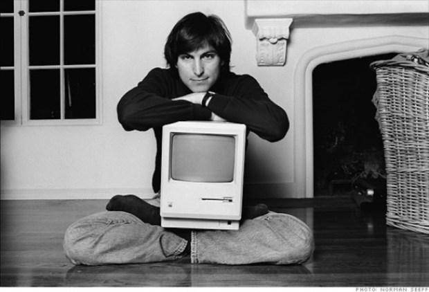 1.- Steve Jobs posa orgulloso sentado sobre el suelo de su casa con el Primer Mac.