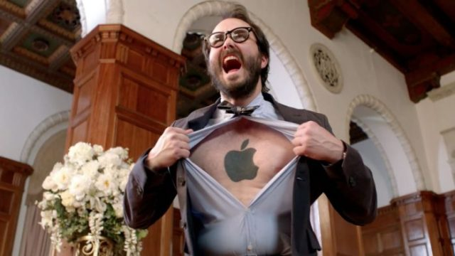 Un fan de Apple con su logo tatuado