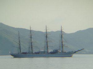 伊王島沖を帆船が進む