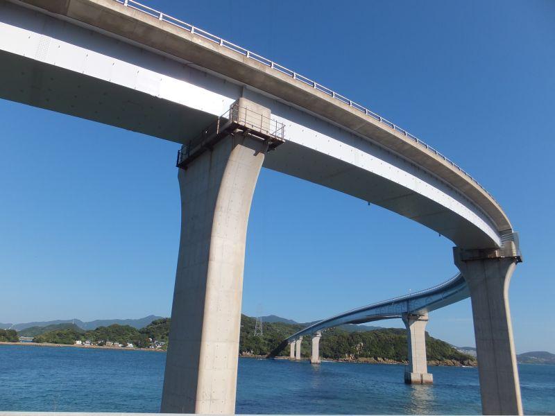 緩やかなカーブが美しい伊王島大橋