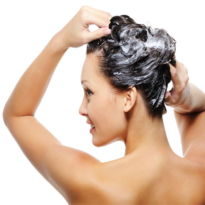 femme qui fait son shampoing avec de la poudre iovana