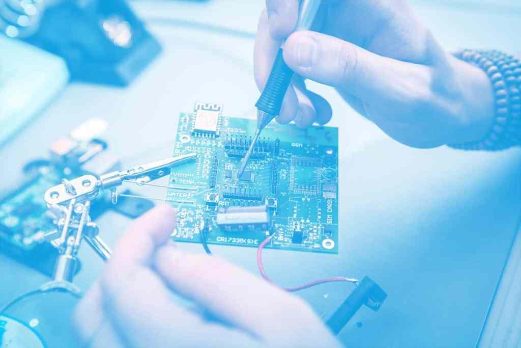 Zum Artikel Retrofit Industrie 4.0: Platine in Händen