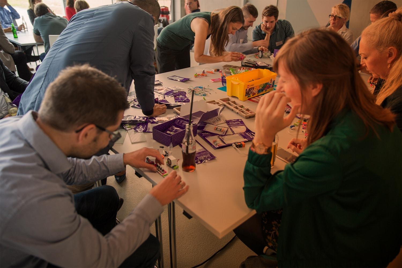Rapid Design: Menschen basteln am Tisch