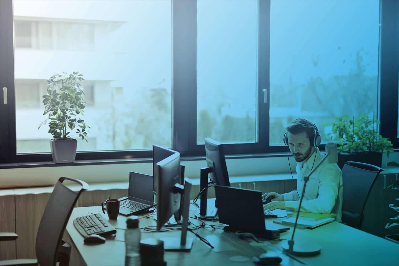 Zum Artikel Automatisierung im Unternehmen: Mann sitzt am Computer im Büro