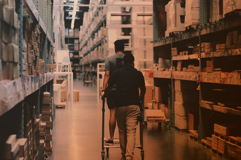 Zum Artikel RFID im Handel: Zwei Leute im Baumarkt mit Regalen