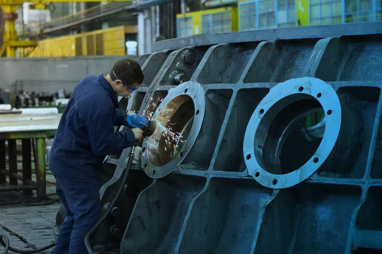 Zum Artikel Digitalisierung in der Metallindustrie: Mann am arbeiten in Fabrik