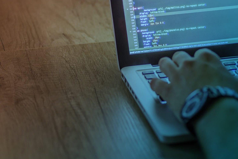 Zum Artikel Embedded Entwicklung: Hand, Laptop, C++ Programmierung