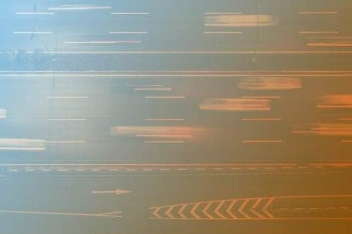 Zum Artikel Schnell, schneller, Edge Computing: Zeitraffer-Foto von Autos auf asphaltierter Straße