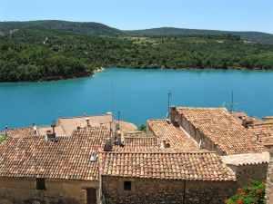 Bauduen-sur-Verdon, Provence, Lake of Sainte-Croix, red rooftops, emerald blue water