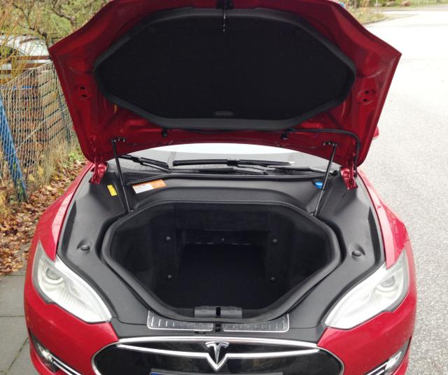 Blick in den Frontladeraum eines Tesla S